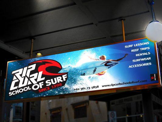 So sánh biển quảng cáo hộp đèn và biển in bạt hiflex